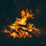雨のキャンプでも焚き火を楽しむ5つのポイント